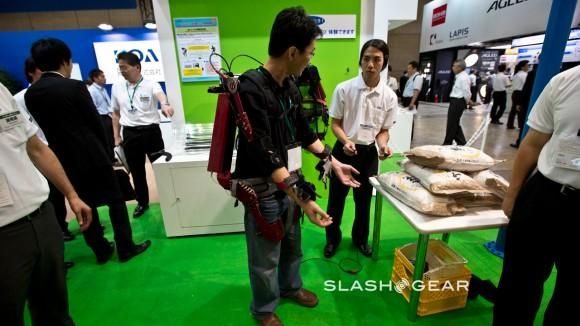 CEATEC 2012: усиливающий экзоскелет KOA Muscle Suit