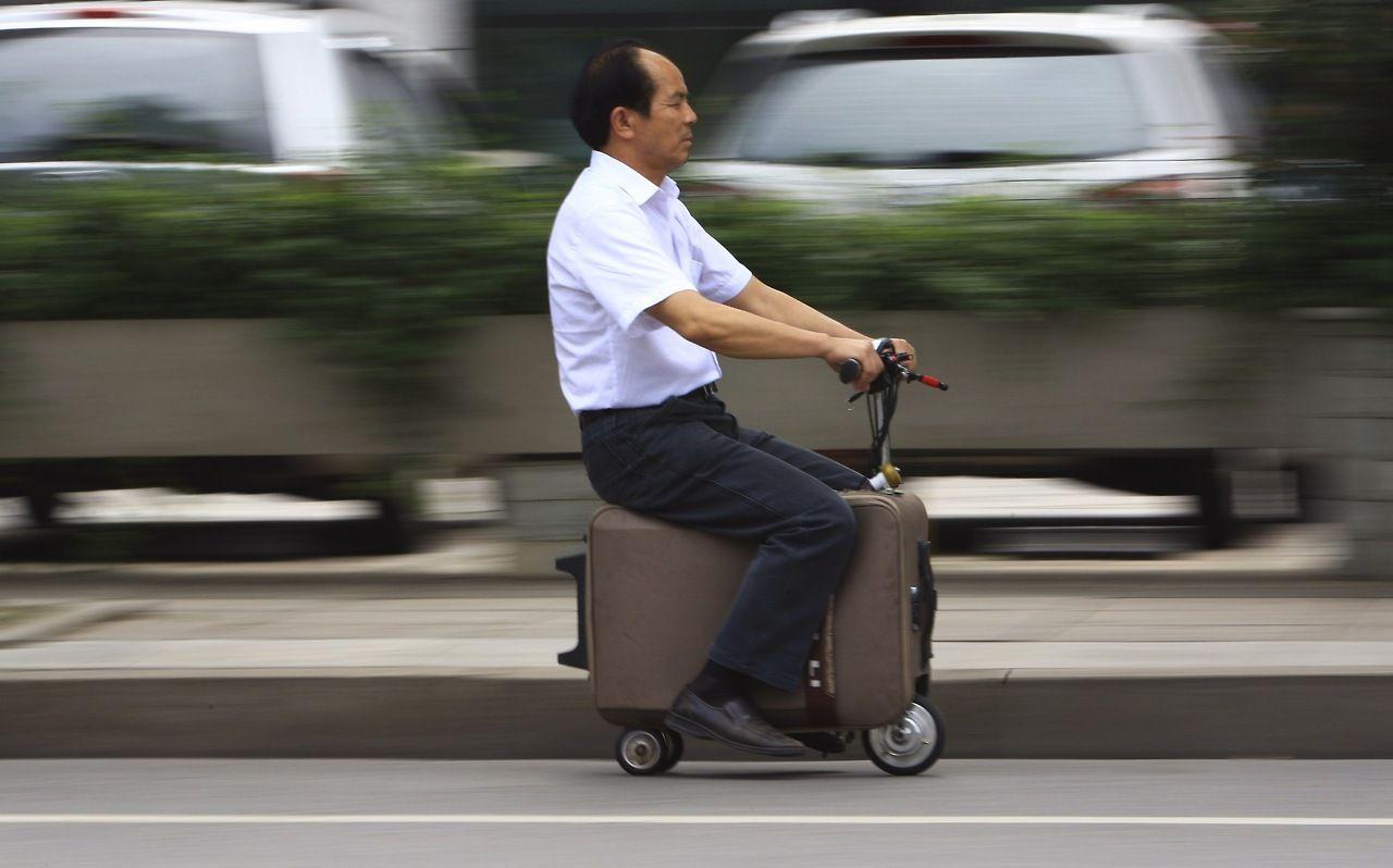Новое китайское транспортное средство: скутер в чемодане