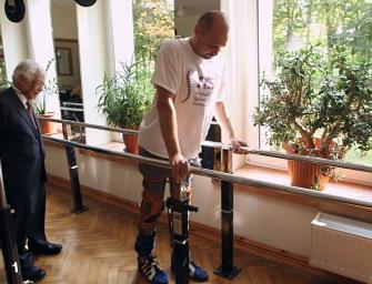 Дарек Фидыка из Польши, у которого два года была парализована нижняя часть тела, встал на ноги