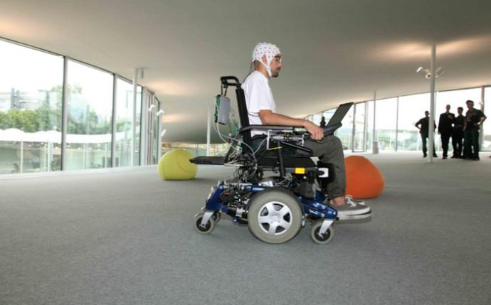 Инвалидная коляска, управляемая силой мысли