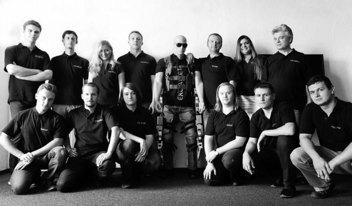 Команда, работающая над экзоскелетом ExoAtlet.