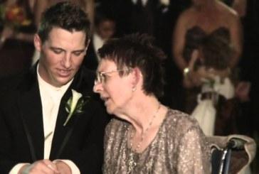 Мать в инвалидной коляске танцует с сыном на его свадьбе