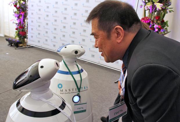Гостей церемонии открытия Музея истории телефона приветствуют говорящие роботы Фото: Александр Чиженок / «Коммерсантъ»