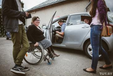 «Пересел из коляски в машину – и ты уже водитель». Как инвалиды сдают на права. Репортаж из ГАИ
