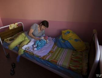 «Я не для опекуна рожала». В Ивацевичах родители-инвалиды борются за своего ребенка