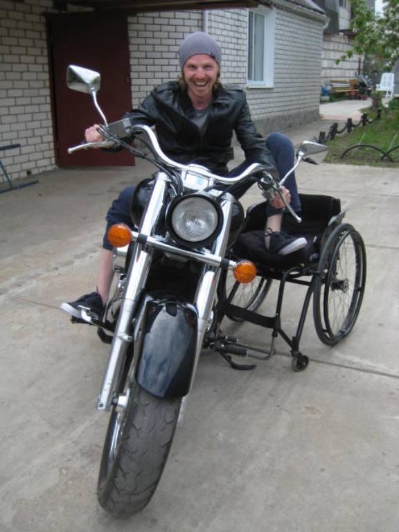 Неутомимый Саша и сейчас иногда «примеряет» к себе мотоцикл. Фото из личного архива героя.