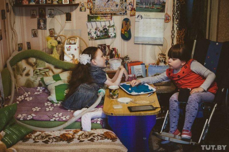 Яна впервые приехала в гости к своей «виртуальной» (общаются по Viber) подруге Ангелине (9 лет, СМА II типа). Ангелина — одна из многих детей — подопечных «Генома». Встреча долгожданная. Из-за отсутствия волонтеров, трудностей с логистикой и нехваткой времени у родителей она откладывалась. Яна подарила Ангелине синий магический песок. У девочек обнаружились схожие интересы и планы на взрослую жизнь. Яна фонтанировала правдами-истинами: «хорошее детство забывать нельзя» или «хорошо быть инвалидом, за тебя все делают» (это когда ее с коляской сносили с лестницы двое мужиков), а Ангелина из-за трубки во рту очень тихо вторила ей.