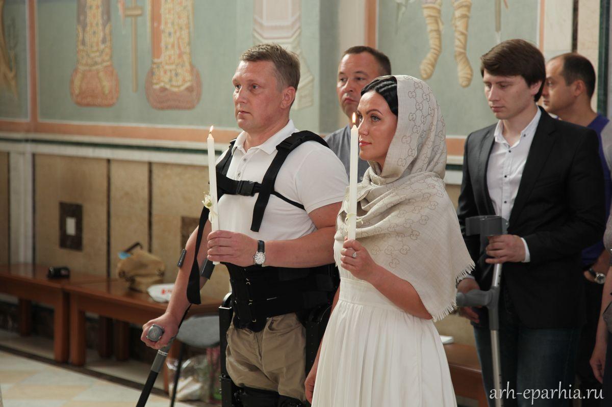 В России совершили первое Венчание человека в экзоскелете
