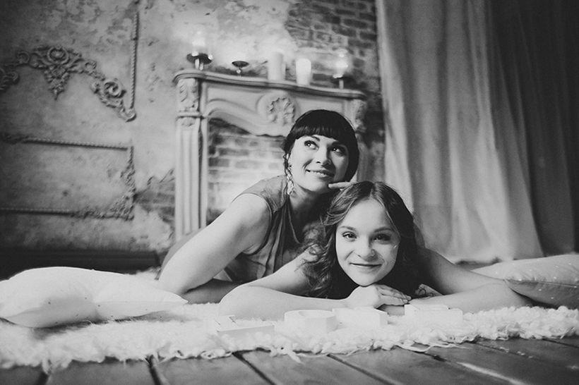 дочка пришла домой батя спал и дочка начала залазить под одеяло