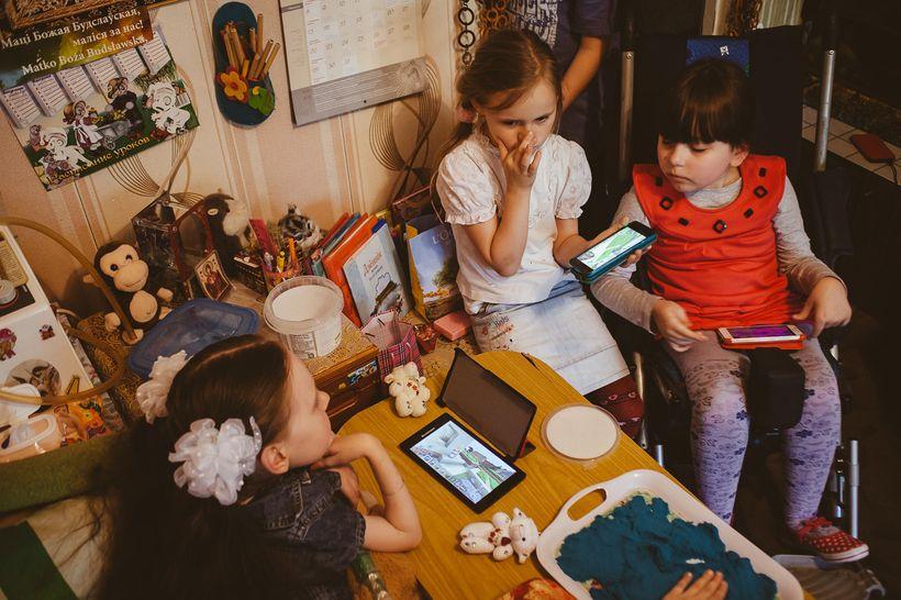 В Беларуси нет ни одной целевой программы, направленной на поддержку детей с редкими генетическим нервно-мышечными заболеваниями. На фото — Яна Герина впервые приехала в гости к свой «виртуальной» подруге Ангелине (9 лет, СМА II типа). Ангелина — одна из многих детей подопечных «Генома». Встреча долгожданная и радостная для участниц, но из-за технических сложностей и нехватки временного ресурса навряд ли повторится. Фото: Александр Васюкович, Имена