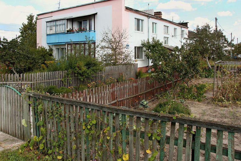 Двухэтажка, в которой живёт Анна, и её огородик