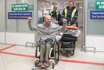 «Это возможно». Как в аэропорту встречали белоруса, который проехал 4 тысячи километров на хендбайке