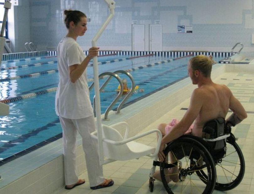 Городские власти установили в бассейне специальный подъемник для пловцов-инвалидов