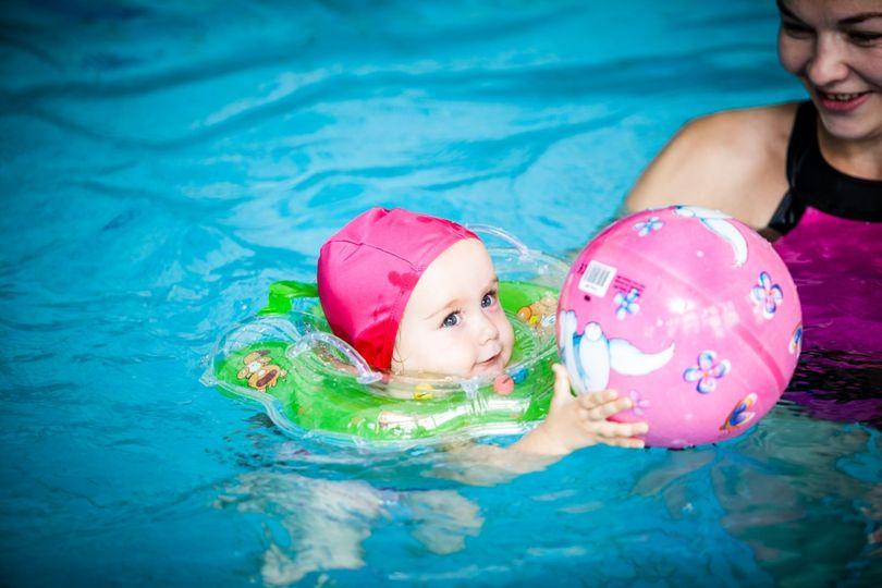 Варя с мамой в бассейне. Фото Ефима Эрихмана