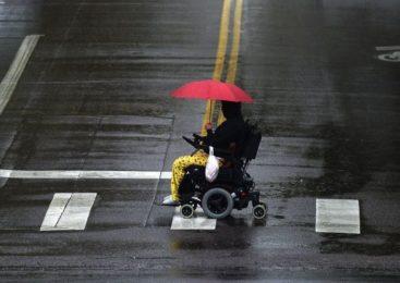 «Я хочу независимости!» Инвалиды-колясочники о кнопке вызова в кафе, пандусах и страхах официантов