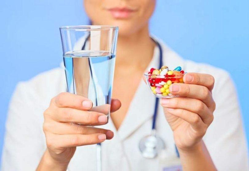 Почему запивать таблетки минералкой не самая лучшая идея