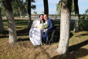 «Все в ваших руках». Как инвалиды-колясочники создали семью и растят ребенка