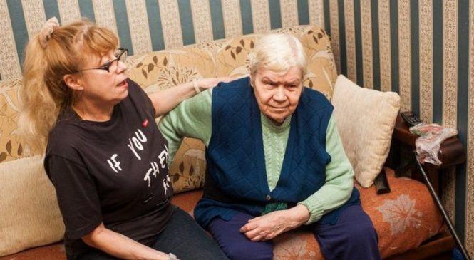 «Живем на 350 рублей». Как гродненка лишилась пособия по уходу за мамой и не получила свою пенсию