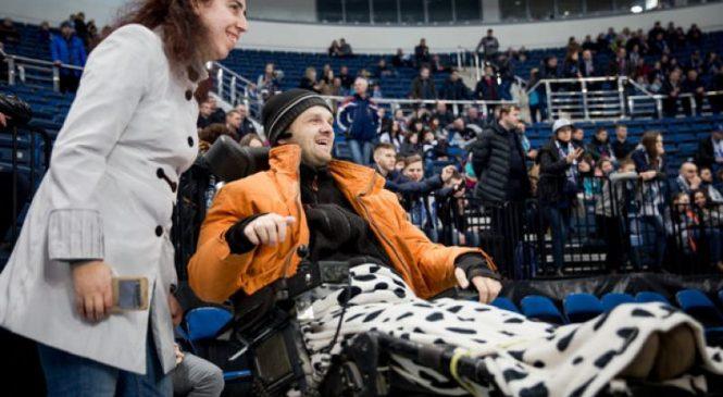 «Его жизнь — заточение». Как парализованный болельщик впервые попал на хоккей и помог «Динамо»