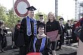 Мать парализованного сына получила диплом МВА, помогая ему окончить магистратуру