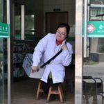 Девушка без ног сносила 30 стульев за 15 лет, работая сельским врачом