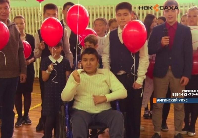 Школьники устроили флешмоб в поддержку одноклассника, страдающего дистрофией Дюшенна