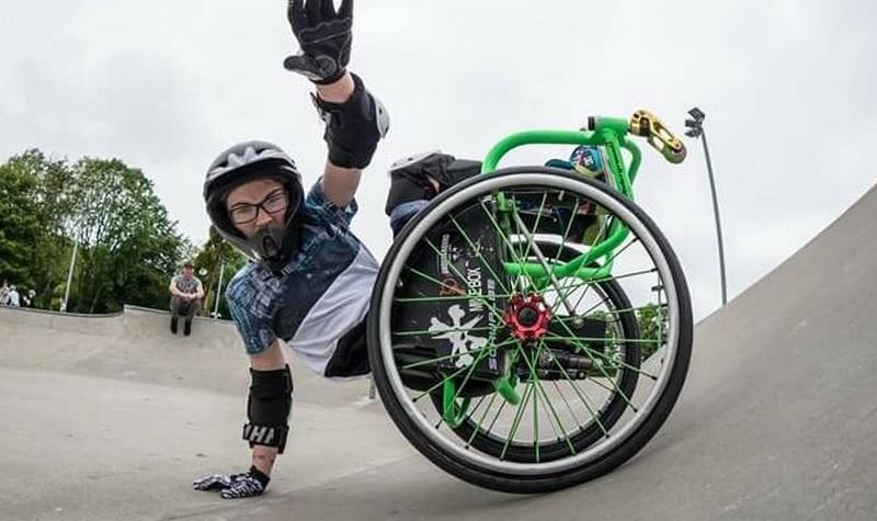 13-летняя британка сделала бэкфлип в инвалидной коляске
