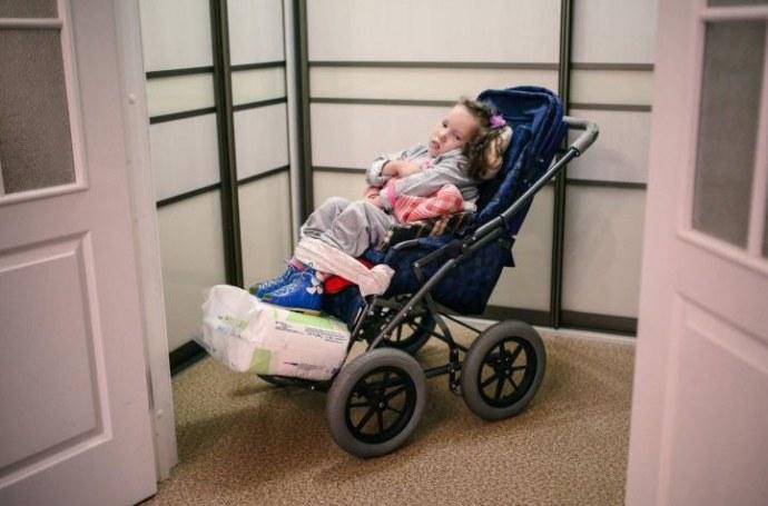 Терпи, но бери белорусское. Как детям-инвалидам выписывают бесплатное, но бесполезное оборудование
