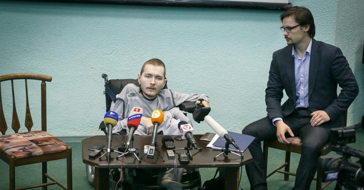 Российские врачи вставят в позвоночник Спиридонова стальной стержень