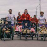 «Толкаем коляски дальше от глухих заборов». «Крылья Ангелов» пробежали с детьми из интерната в Новинках