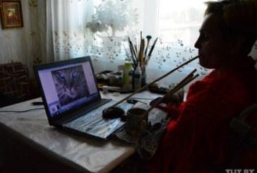 «А иначе — только выть на стены». Под Светлогорском парализованная женщина пишет картины ртом