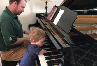 В сети появилось трогательное видео, в котором мальчик без рук играет на фортепиано