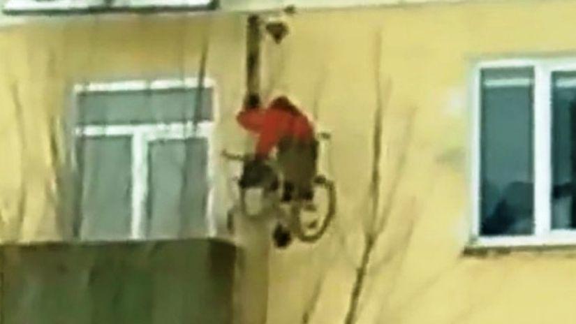 В Пензе инвалид-колясочник выбирается из квартиры с помощью самодельного подъемника
