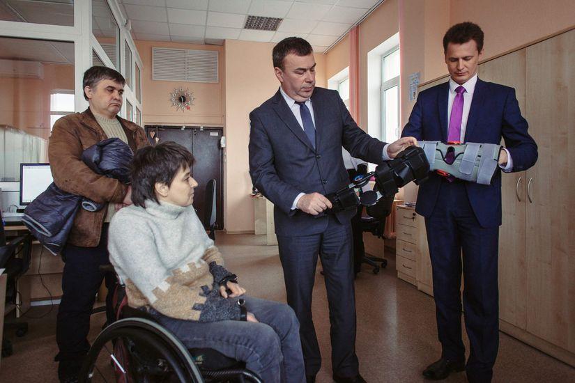 Государство выдает инвалидам коляски, на которых страшно ездить. Директор протезного завода хочет всё изменить