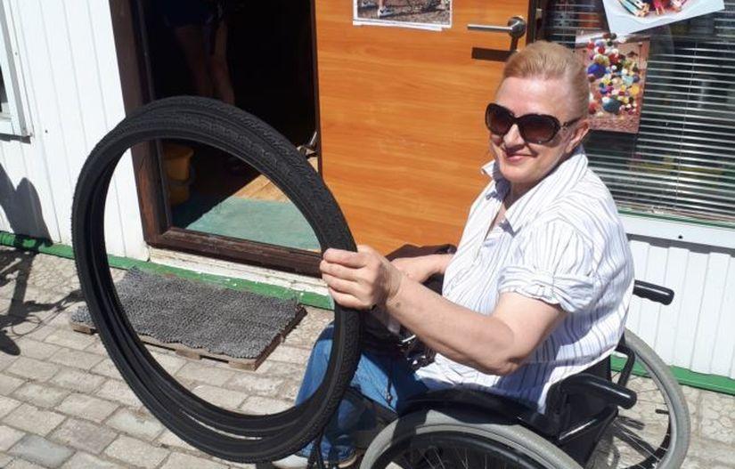 Владелец веломагазина в Речице дарит и бесплатно меняет покрышки на инвалидных колясках