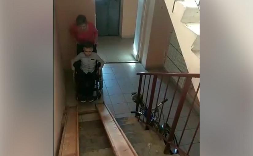 В Лиде для мальчика-колясочника установили пандус – но им невозможно пользоваться