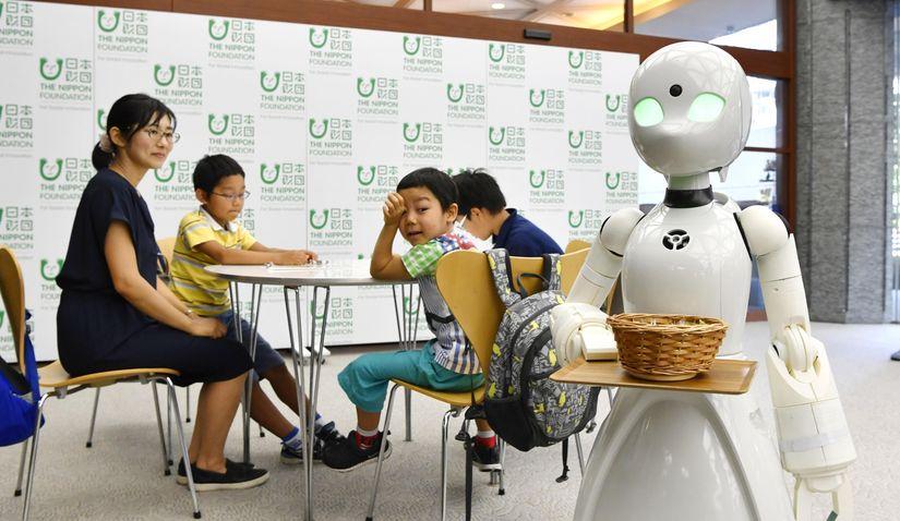 Люди с ограниченными возможностями смогут управлять роботами-официантами
