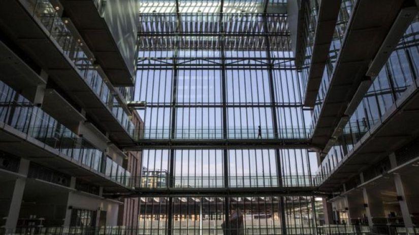 Институт Фрэнсиса Крика - самое крупное биомедицинское исследовательское учреждение в Европе - здесь под одной крышей работает около 1250 ученых и 250 других сотрудников