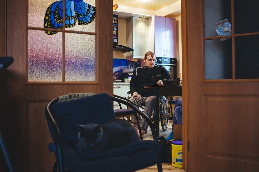 Последние девять лет Дима передвигается на коляске. Заболевание развивалось постепенно: сначала ходил сам, потом — с тростью, потом понадобилась коляска. Фото: Александр Васюкович