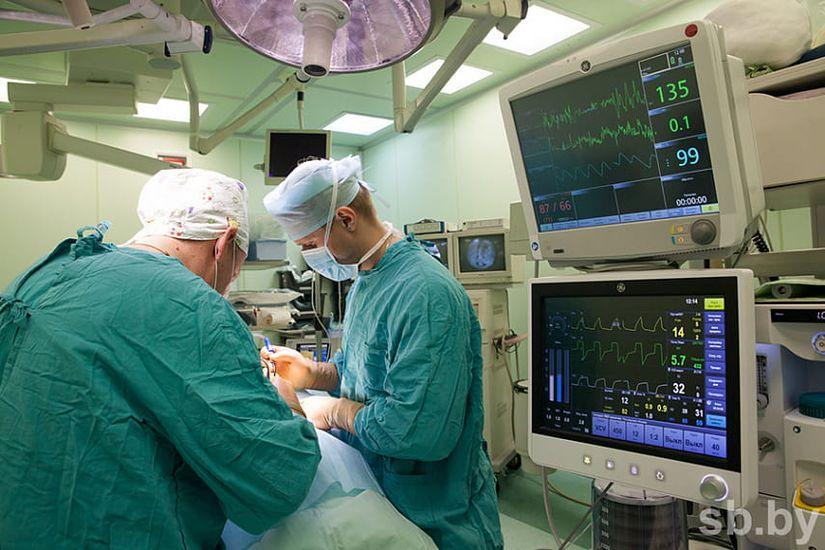 Наши медики поставили на поток операции по лечению позвоночника с использованием стволовых клеток и титановых имплантатов