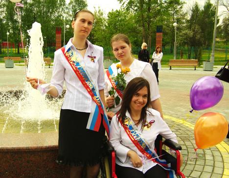Оля Качула вместе с одноклассницами
