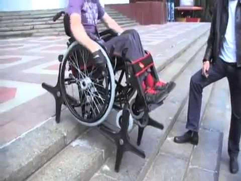 В Москве протестировали шагающую инвалидную коляску
