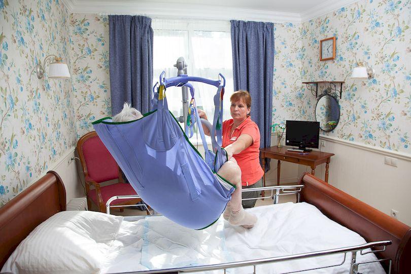 Перемещение с кровати на кресло с помощью подъёмника