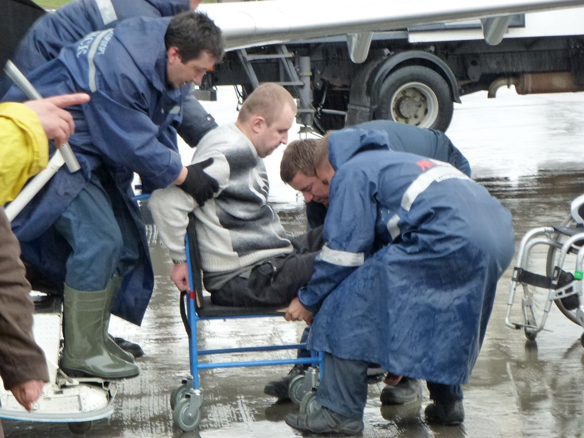 """Колясочник требует от аэропорта """"Минск"""" компенсации морального вреда и отказа от использования небезопасной коляски"""