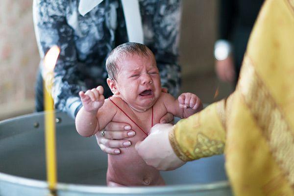 РПЦ разрешила крестить детей суррогатных матерей после покаяния родителей