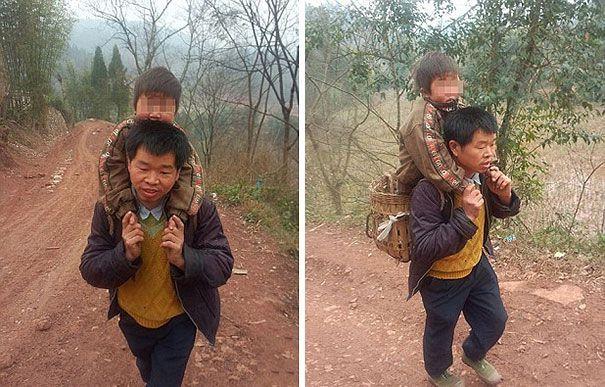 Китаец носит сына в школу, преодолевая  ежедневно 30 км