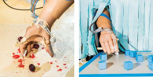 Испытуемый учится отрывать стебельки вишен и магниты от доски.