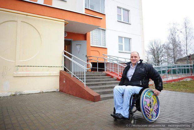 Шел к мечте семь лет. В Гомеле инвалид-колясочник получил рабочее место администратора