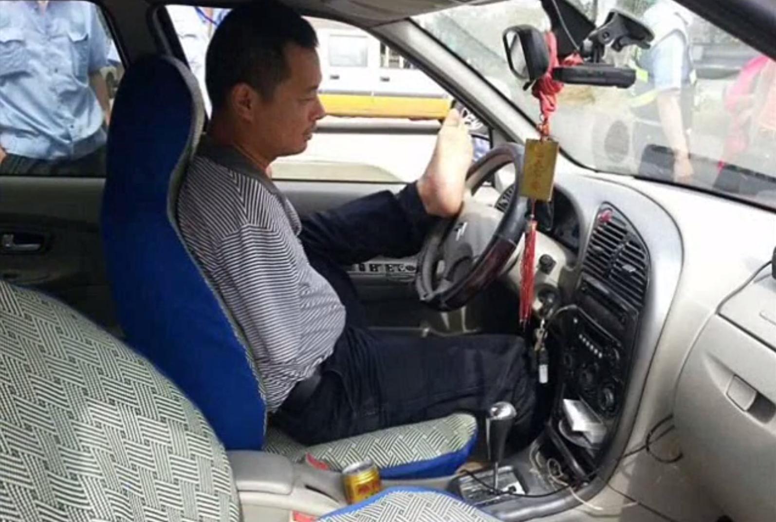 Китайские полицейские конфисковали машину у водителя, который управлял автомобилем с помощью своих ног