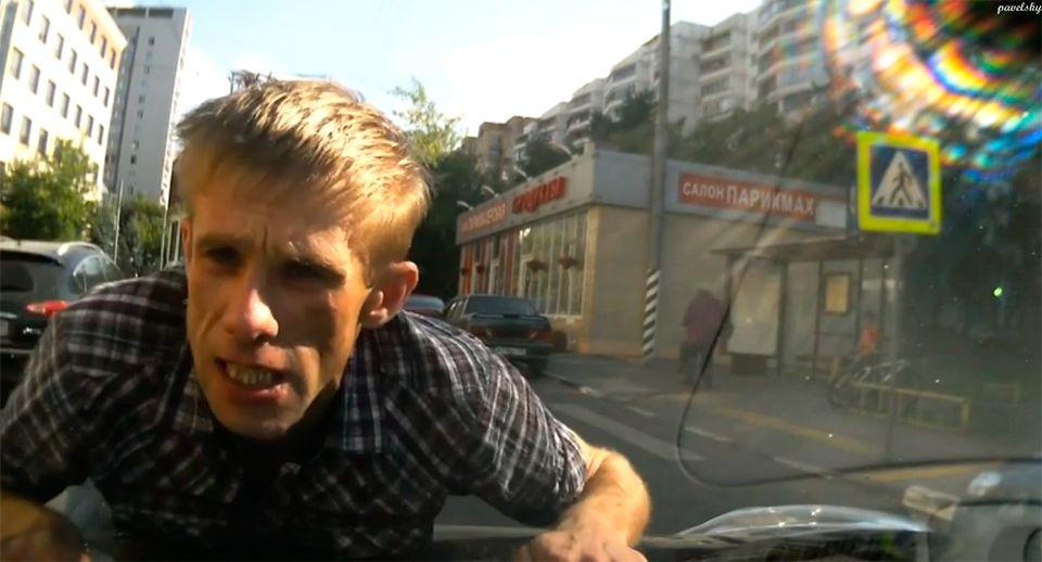 Глухонемой попытался объяснить автоледи ПДД, но прокатился на капоте